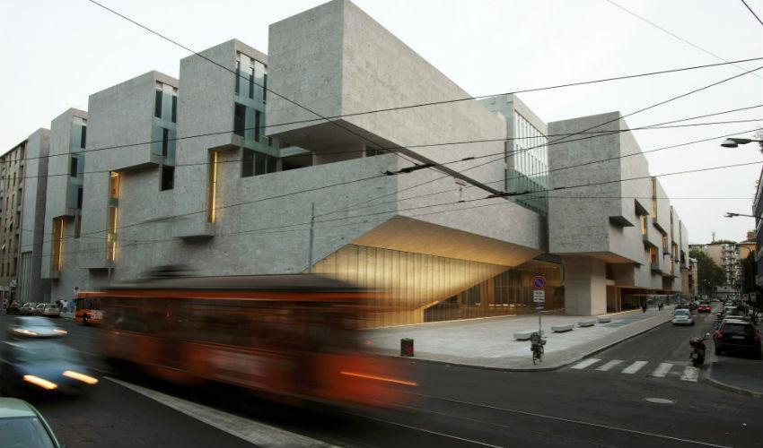 Fachada de un edificio universitario de formas prismáticas y compactas