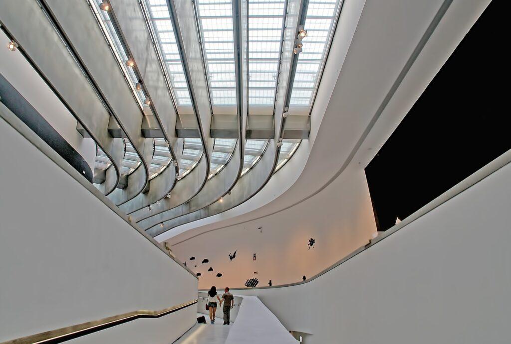 Hall del museo con un gran lucernario y rampas a los lados