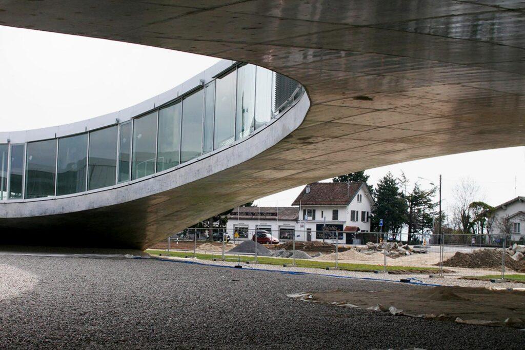 Edificio de hormigón con una estructura original que sobrevuela el terreno