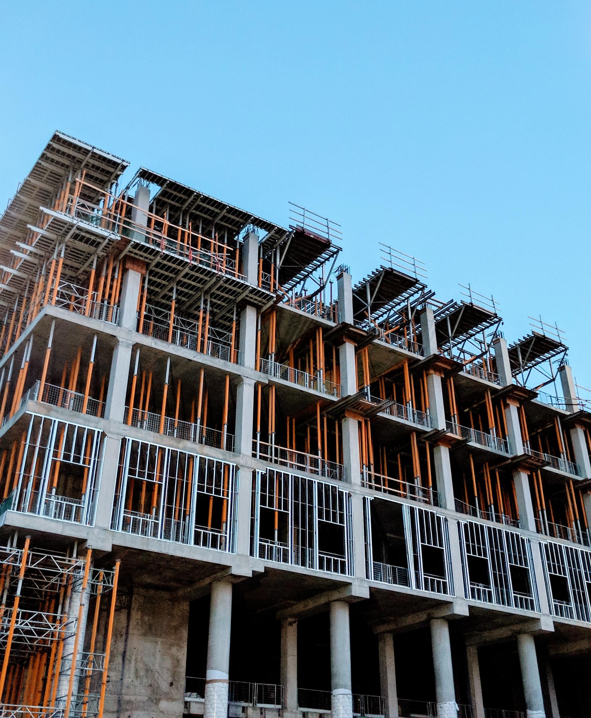 Edificio en construcción en el que se ve la estructura de hormigón, puntales y enconfrados