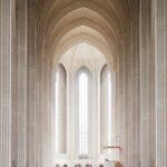 Interior de la Iglesia de Grundtvig. Maravillosa estructura abovedada hecha de ladrillos blancos y grandes ventanales al fondo.