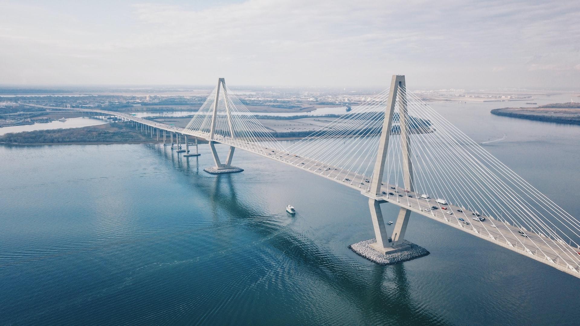 Vista aérea del magnífico puente colgante Arthur Ravenel Jr en Charleston. Una estructura atirantada