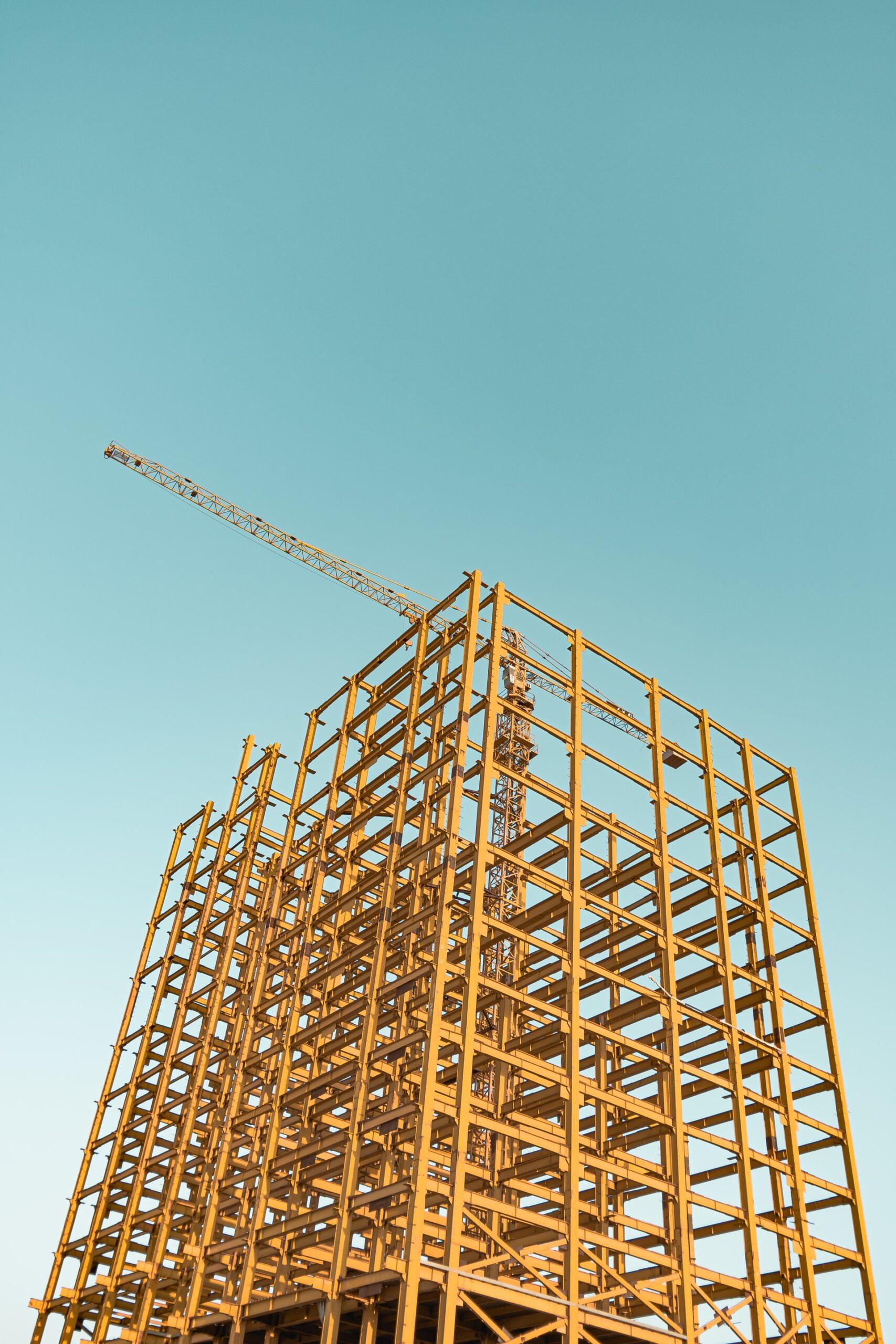 Edificio en construcción con una estructura metálica