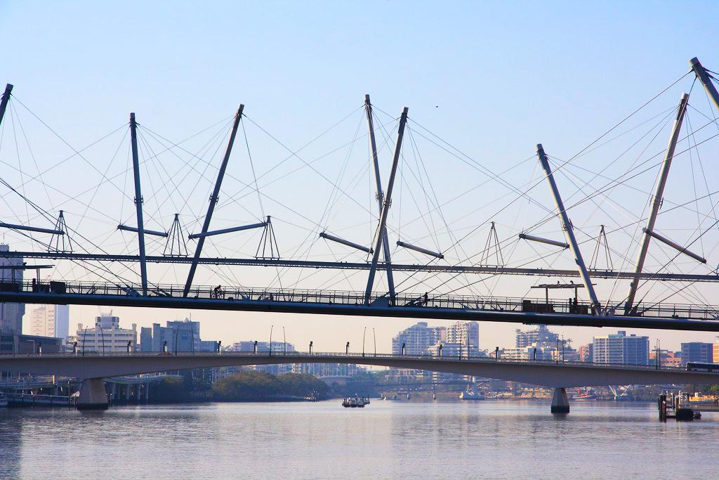 Kurilpa Bridge, Brisbane. Ejemplo de estructura tensegrítica. Sorprende la gran cantidad de cables y que las barras metálicas parece que están flotando