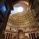 Interior del Panteón romano. Una estructura que destaca por su inmensa cúpula y el óculo en la parte superior bañando de luz todo el espacio.