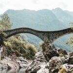 Puente medieval de Lavertezzo construido mediante dos grandes arcos de piedra.