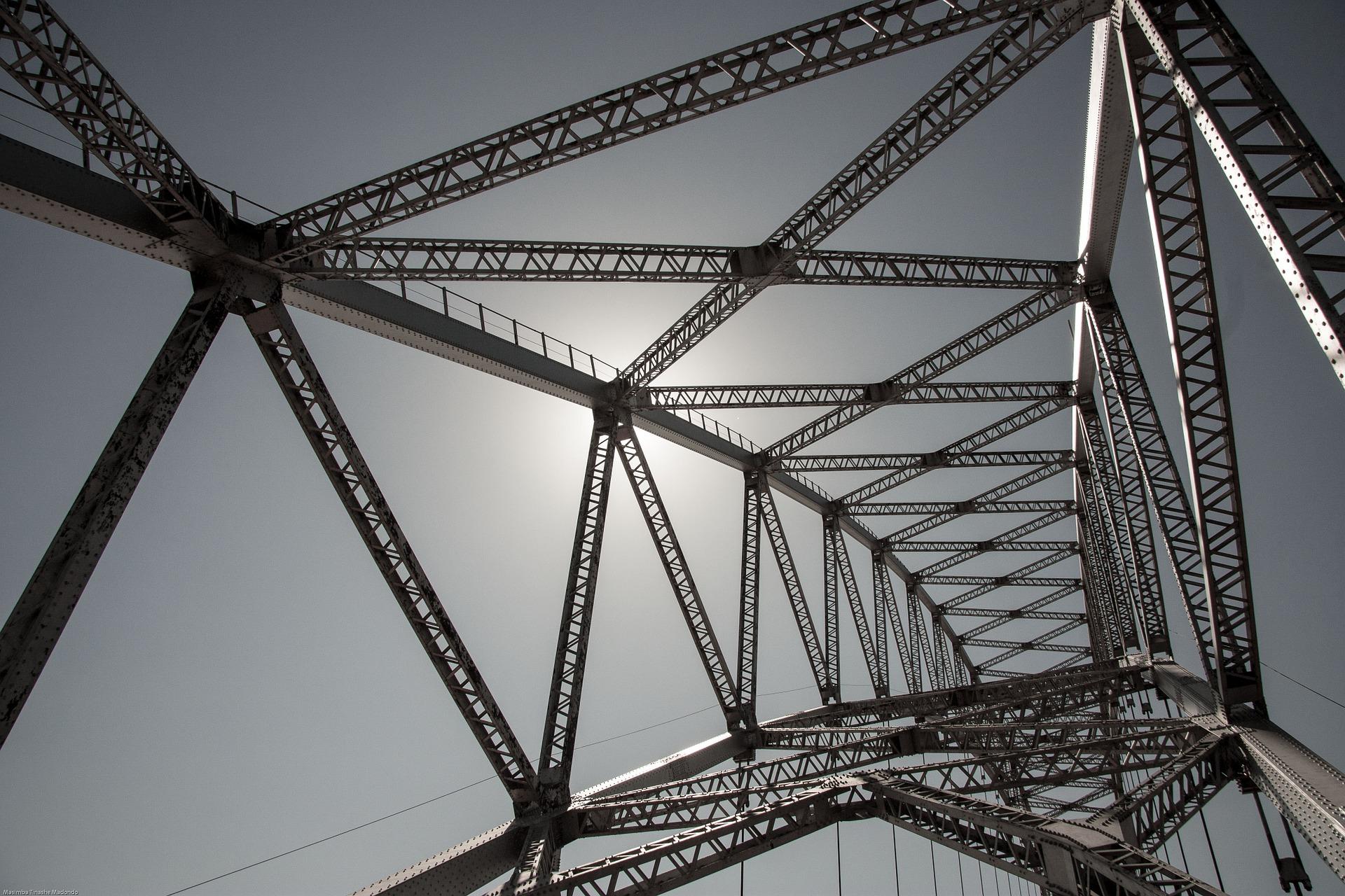 Estructura triangular en acero de un puente